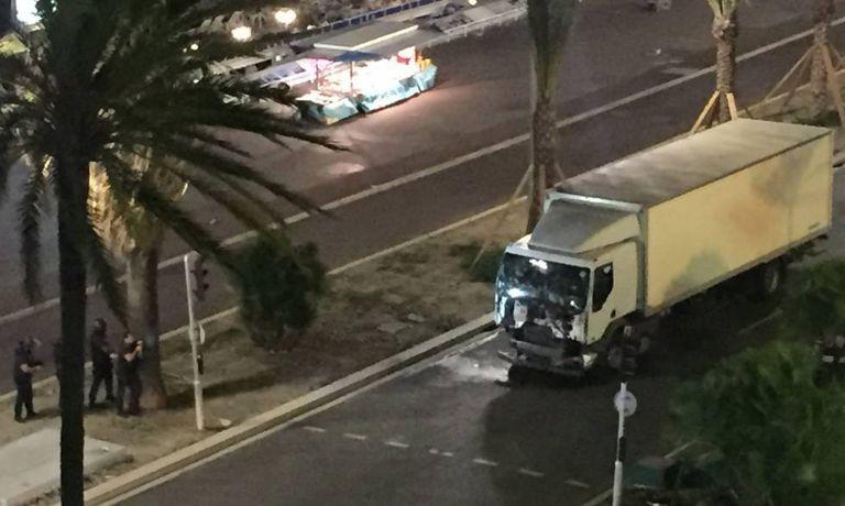 O caminhão que atropelou dezenas de pessoas no atentado de Nice.