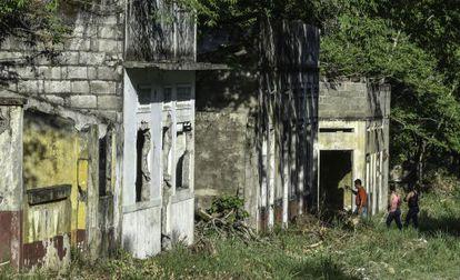 Grupo de turistas visita casas em ruínas da localidade de Armero, no departamento de Tolima, neste mês de novembro.
