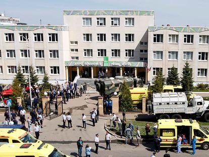 Agentes de emergência em frente à Escola 175, em Kazan, local do ataque desta terça-feira.