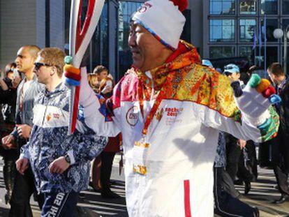 O secretário geral da ONU, Ban Ki-moon, porta a tocha olímpica em Sochi.