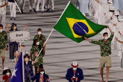 Os porta-bandeiras do Brasil na cerimônia foram Bruno Resende, do vôlei masculino, e Ketleyn Quadros, do judô, que entraram ao lado de dois representantes do COB.