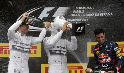 Rosberg molha Hamilton em frente a Ricciardo.