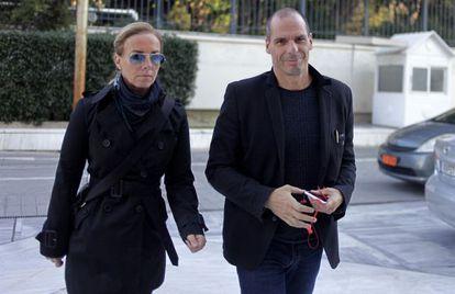 Varoufakis e sua mulher chegam ao parlamento grego.