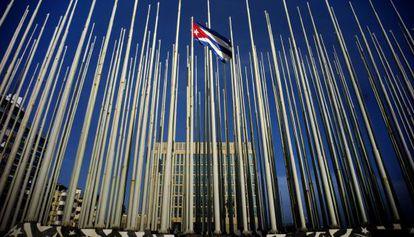 Uma bandeira cubana entre vários mastros vazios ao lado da Seção de Interesses dos EUA em Havana.