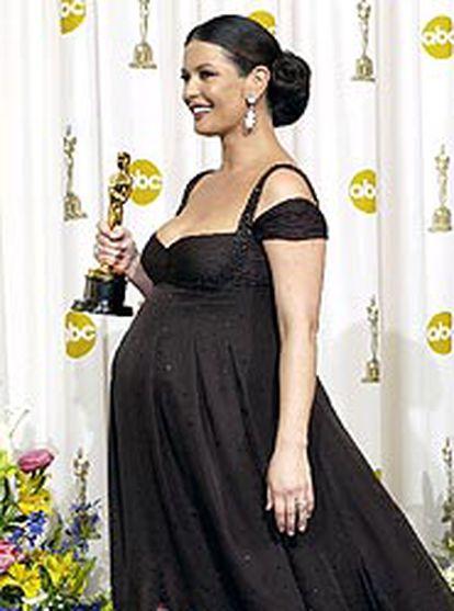 Catherine Zeta-Jones, grávida de nove meses, com seu Oscar de melhor atriz coadjuvante por 'Chicago'.