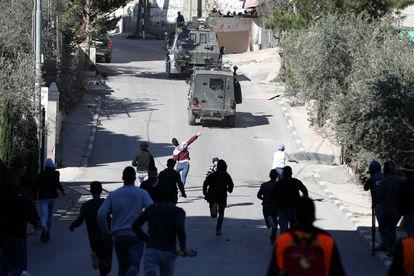 Palestinos protestam contra militares israelense nesta sexta-feira, na cidade de Beit Jala, após militares fazerem uma blitz em busca do autor de um atropelamento que deixou 12 soldados feridos.