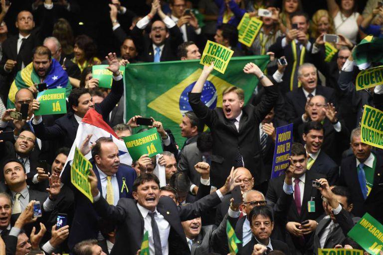 Deputados da oposição comemoram aprovação do processo de impeachment da Câmara.