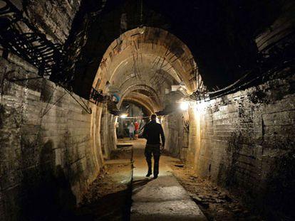 Um homem caminha por um túnel na área onde se busca o trem nazista. .