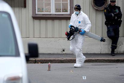 Policial trabalha em um dos lugares onde um homem de 37 anos armado com um arco e flechas matou cinco pessoas nesta quarta.
