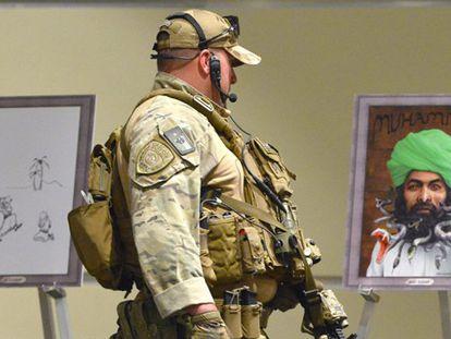 Um policial fortemente armado na exposição de Garland.
