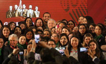 López Obrador com líderes feministas em novembro.