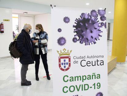 O secretário de Saúde da cidade espanhola de Ceuta, Javier Guerrero, e a diretora-geral de Saúde, Rebeca Benarroch, vacinados contra a covid-19 antes da hora.