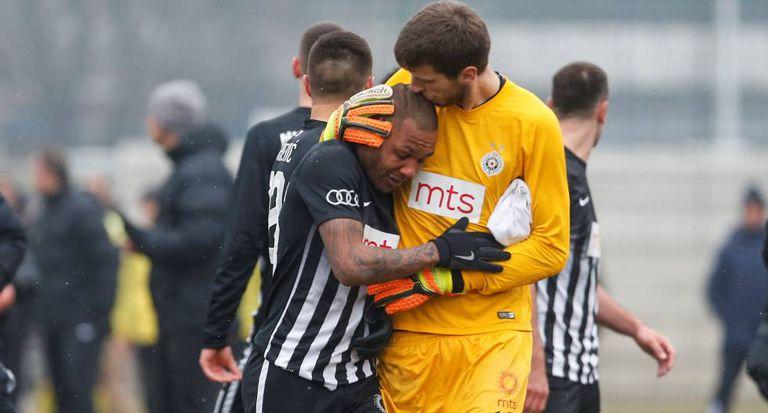 Everton Luiz é confortado pelo goleiro Kljajic.