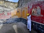 Arqueólogo mostra alguns dos novos afrescos encontrados em Pompeia