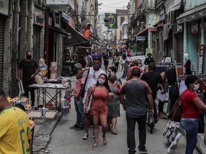 Pessoas caminham pelo Saara, região de comércio popular no centro do Rio, capital do segundo Estado mais afetado pela pandemia no Brasil.