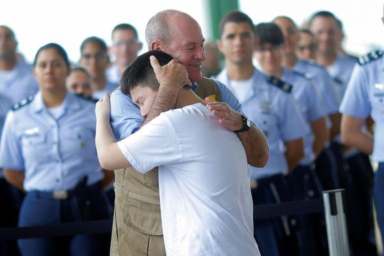 Ministro da Defesa, Fernando Azevedo, abraça garoto após fim de quarentena por causa do coronavírus.