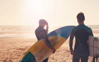 Surfistas na praia de Peniche, em Portugal.