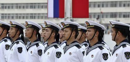 Marinheiros chineses, que participam em umas manobras com a Rússia.