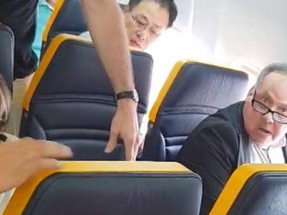 À esquerda, a passageira insultada, junto à janela, o agressor
