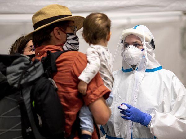Un grupo de viajeros acude al centro de pruebas diagnósticas de covid-19, en la estación central de Berlín este martes.