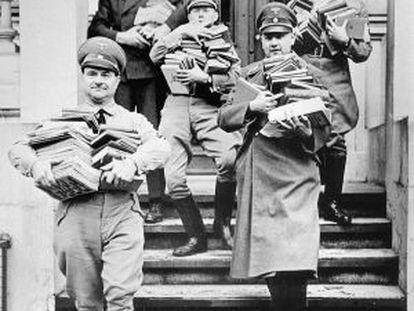 Integrantes do partido nazista durante um saqueio de livros em 1933.