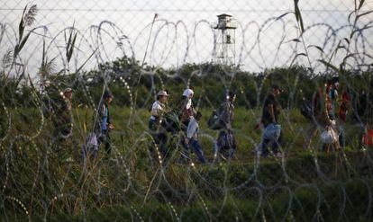 Migrantes apanhados na fronteira entre a Sérvia e a Hungria depois do fechamento do passo de Röszke (sul da Hungria), em janeiro de 2019.