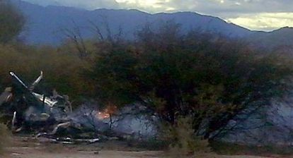 Destroços dos helicópteros, ainda fumegantes, na Quebrada del Yeso.