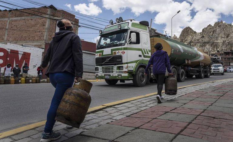 Moradoras de La Paz carregando botijões de gás, na terça-feira.