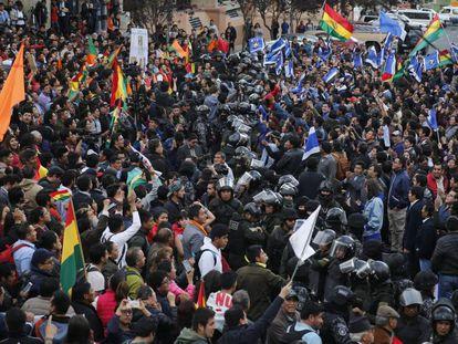 Um cordão policial separa militantes do governo e da oposição, nesta segunda-feira em La Paz.