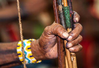Os guerreiros indígenas foram à reunião com seus arcos e flechas.