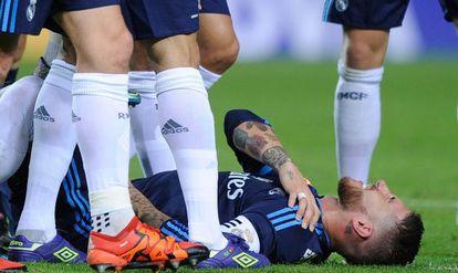 Sergio Ramos voltou a sentir a lesão no ombro contra o Sevilla.