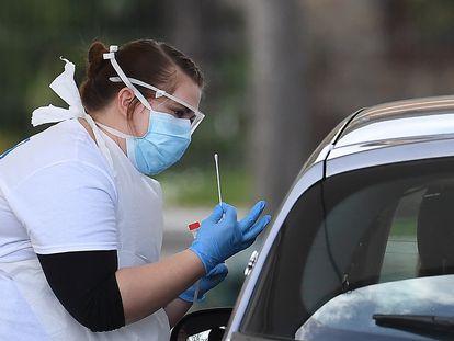 Funcionária do NHS (o serviço público de saúde britânico) realiza um teste de coronavírus em Londres.