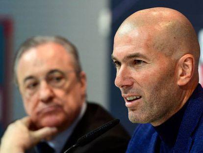 Zinedine Zidane, junto a Florentino Pérez, no anúncio de sua saída do clube.