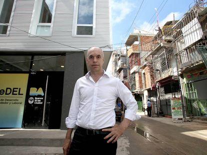 Horacio Larreta em frente ao seu gabinete na Villa 31, em Buenos Aires.