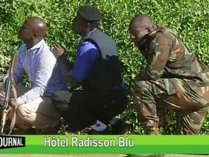 Forças se segurança durante a invasão do hotel Radisson em Bamako.