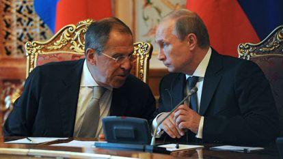 Putin, presidente russo, com Lavrov, ministro de Relações Exteriores, na quinta-feira no Tadjiquistão.