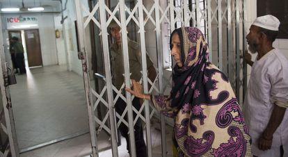 A mãe de Abul Bajadar aguarda o resultado da operação no hospital.