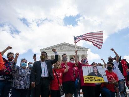 Manifestantes comemoram diante da Suprema Corte dos EUA, em 18 de junho, a sentença que impediu Trump de eliminar o programa DACA.