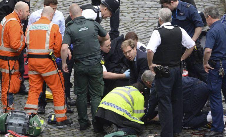 O deputado Tobias Ellwood tenta reanimar o agente ferido, nesta quarta-feira, em Londres.