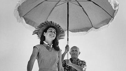 Pablo Picasso com Françoise Gilot e seu sobrinho Javier Vilato na praia, em agosto de 1948.