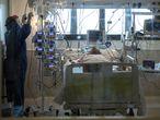 06-04-20 Alfonso Duran Hospital Los Arcos de San Javier Sanitarios se preparan para realizar una intervencion a un paciente con Covid19 Coronavirus Murcia EPI Medicos Enfermeros Marcas Mascarillas