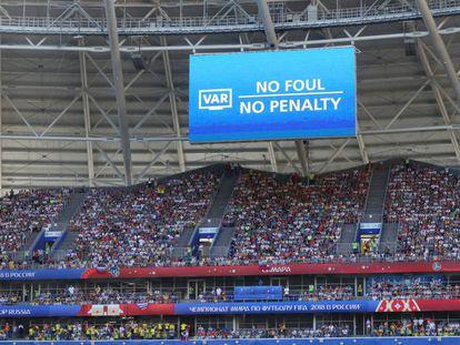 Uma tela indica uma decisão feita após uso do VAR, em 28 de junho.