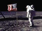 O astronauta Buzz Aldrin saúda a bandeira dos EUA na superfície lunar, em 20 de julho de 1969