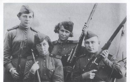As franco-atiradoras Kiseliova, Bulatova, Morozova e um colega em 1944.