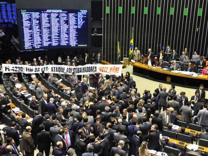 Faixa de protesto contra o projeto no plenário.
