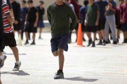 Crianças praticando esporte, na quarta-feira, na área externa do albergue Casa Padre.