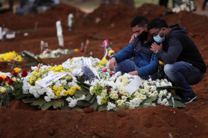 Familiares se despedem de uma vítima da covid-19, em São Paulo.