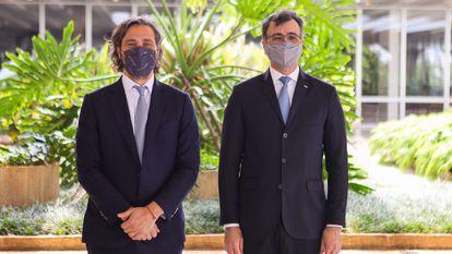 Os chanceleres da Argentina, Juan Pablo Cafiero (à esquerda), e do Brasil, Carlos França, posam após o encontro que realizaram nesta sexta-feira, 8 de outubro, em Brasília.