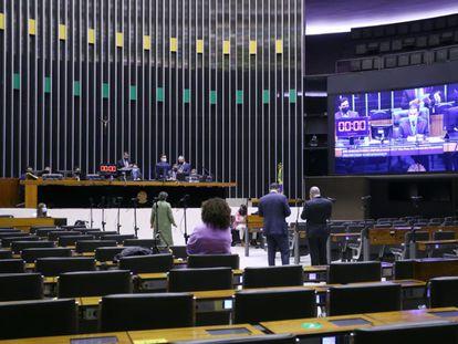 Do plenário, parlamentares acompanham fala de deputado na tribuna da Câmara, em 21 de setembro.