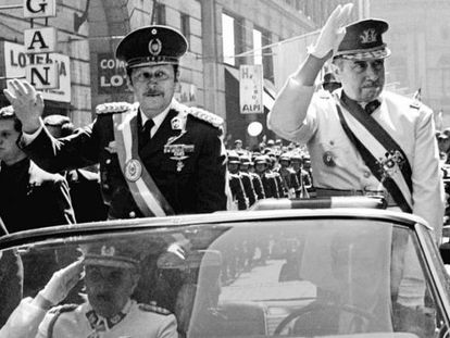 Pinochet (à direita) e o paraguaio Alfredo Stroessner, em 1974.